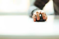 Mão masculina que guarda o rato do computador Imagens de Stock