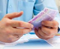 mão masculina que guardara o euro Fotos de Stock Royalty Free