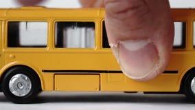 Mão masculina que move um ônibus do brinquedo vídeos de arquivo