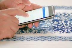 Mão masculina que verifica o correio usando um smartphone fotos de stock