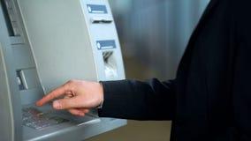 Mão masculina usando o ATM, o código de datilografia do pino e a pressão do botão do cancelamento, erro de sistema foto de stock royalty free