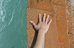 Mão na água de fluxo Fotografia de Stock Royalty Free