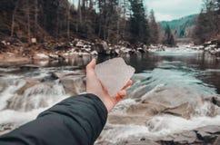 M?o na frente do rio nas montanhas foto de stock