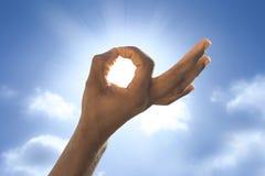 Mão na frente do sol Fotografia de Stock