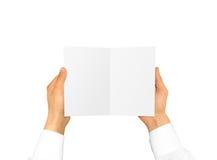 Mão na luva branca da camisa que guarda o cartão vazio da brochura no han Imagem de Stock