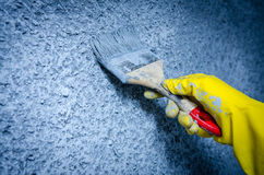 Mão na luva com uma escova de pintura Foto de Stock Royalty Free