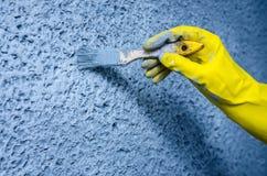 Mão na luva com uma escova de pintura Fotografia de Stock Royalty Free