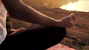 Mão na posição da meditação vídeos de arquivo