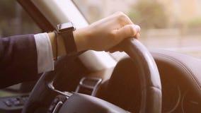 Mão na roda do carro Mão masculina e no volante Fim acima vídeos de arquivo