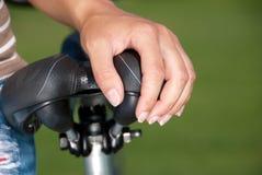 Mão na sela da bicicleta Fotografia de Stock Royalty Free