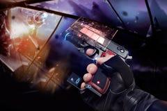 Mão nas luvas que guardam um revólver de recarregamento Imagem de Stock Royalty Free