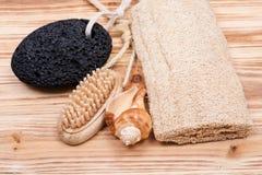 Mão natural da cerda e escova de madeira do prego, pedra de polimento vulcânica, esponja da bucha e shell imagens de stock