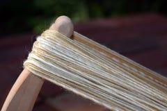A mão natural girou o fio em um noddy niddy Imagem de Stock Royalty Free