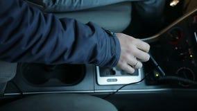 Mão nervosa do ` s do homem que bate na caixa de engrenagens automática vídeos de arquivo