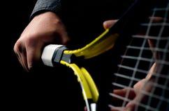 Mão no aperto e em balançar uma raquete de tênis fotografia de stock royalty free