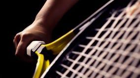 Mão no aperto e em balançar uma raquete de tênis imagem de stock royalty free