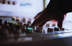 A mão no botão Pressionando os botões no controlo a distância foto de stock royalty free
