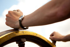 Mão no leme do navio. imagens de stock