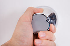 Mão no medidor de água imagem de stock
