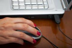 Mão no rato Fotos de Stock