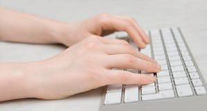 Mão no teclado fotos de stock