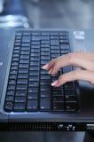 Mão no teclado do portátil Fotos de Stock Royalty Free