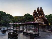 A mão no templo imagens de stock