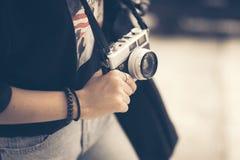 Mão nova da mulher do moderno que guarda o close-up retro da câmera Fotos de Stock Royalty Free