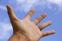 Mão Outstretched e céu Imagens de Stock Royalty Free