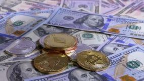 A mão põe as moedas criptos de moedas diferentes sobre uma tabela com dólares americanos vídeos de arquivo