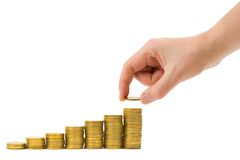 A mão põr a moeda à escadaria do dinheiro Fotografia de Stock