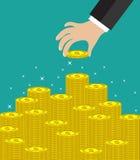 A mão põr a moeda à escadaria do dinheiro Fotografia de Stock Royalty Free