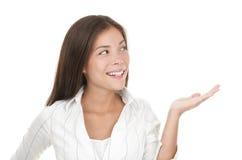 Mão/palma abertas da exibição da mulher fotografia de stock