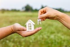 A mão passa as chaves à casa fotos de stock royalty free