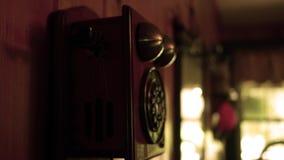 A mão pegara e pendura acima o telefone velho da linha terrestre vídeos de arquivo