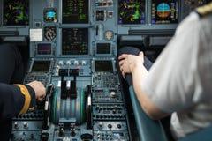 Mão piloto do ` s que acelera no regulador de pressão Imagens de Stock