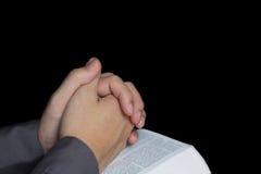 Mão Praying com a Bíblia santamente Fotos de Stock Royalty Free