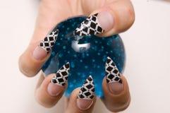 A mão prende uma esfera de vidro Imagens de Stock Royalty Free