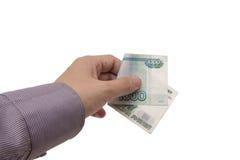 A mão prende uma nota de banco de 1000 rublos Fotografia de Stock
