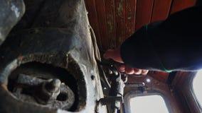 A mão pressiona a alavanca na locomotiva vídeos de arquivo