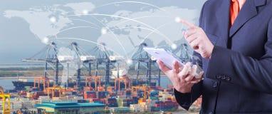 A mão pressiona no mapa do mundo com a tabuleta digital, industrial contém imagens de stock