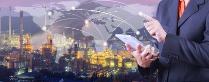 A mão pressiona no mapa do mundo com tabuleta digital, sob o melhor café da seleção foto de stock