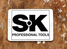 A mão profissional da SK utiliza ferramentas o logotipo da empresa Fotos de Stock