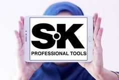 A mão profissional da SK utiliza ferramentas o logotipo da empresa Foto de Stock