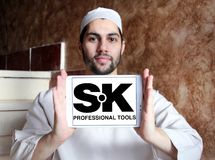 A mão profissional da SK utiliza ferramentas o logotipo da empresa Imagens de Stock Royalty Free