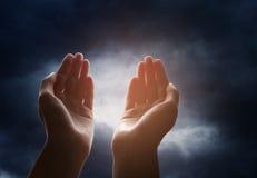 Mão que alcança para o céu Imagens de Stock
