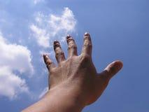 Mão que alcanga para o céu Foto de Stock Royalty Free