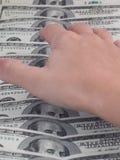 Mão que alcanga para o dinheiro Foto de Stock Royalty Free