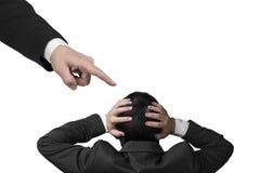 Mão que aponta em um outro homem de negócios que guarda a cabeça imagens de stock
