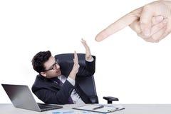Mão que aponta no homem de negócios caucasiano fotos de stock